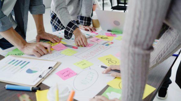 personas-diseñando-estrategia-negociar-proveedores